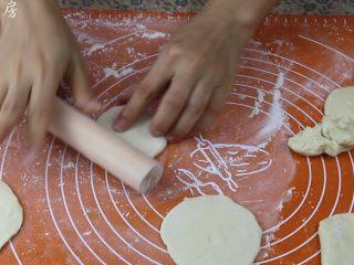 豆沙包,把醒发好的面团分成若干个30克左右的小面团,擀成中间厚边缘薄的圆皮。