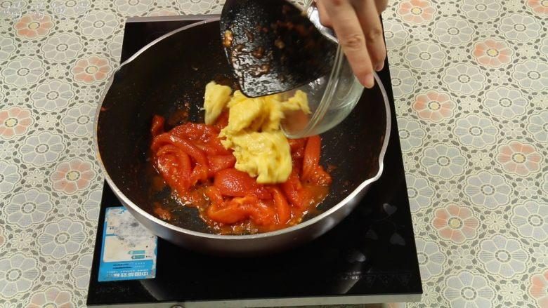 西红柿炒蛋,炒到西红柿变软出汁时,加入炒好的鸡蛋。