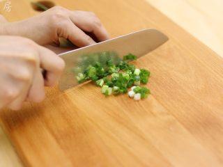 莲藕花生排骨汤,葱切成葱花备用。