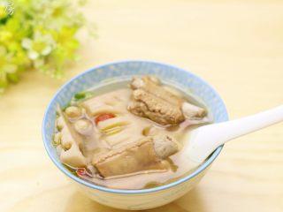 莲藕花生排骨汤,美味的莲藕排骨汤就做好了。