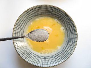 黄金香辣脆饼,加入一勺盐调匀