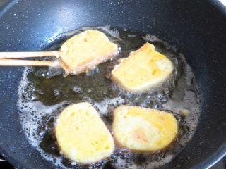 黄金香辣脆饼,注意勤翻面,将所有的馍片炸至两面金黄