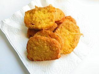 黄金香辣脆饼,炸好的馍片及时夹出来放在厨房纸上控油