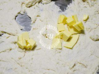 附手揉示范图-材料简单味道脱俗的白吐司,加入切小块的黄油,夏天的话黄油不需要太早拿出来软化。秤量面粉的时候拿出来就可以了。尽可能的降低面团温度。