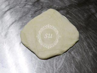 附手揉示范图-材料简单味道脱俗的白吐司,面团均匀分成3份,轻拍排气后翻面滚圆。覆盖保鲜膜,25℃室温下松弛15—20分钟(这一步我忘记拍照了。。)
