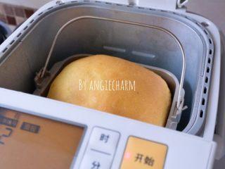 中种南瓜吐司面包,将葡萄干切成半厘米大小的碎粒。倒进果料盒中。酵母倒进酵母盒中。开启软式面包程序或2小时快速面包程序。提示完成。倒出晾凉后切片。