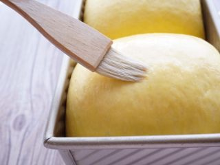 中种南瓜吐司面包,一颗鸡蛋加50g凉开水打散,用羊毛刷刷薄薄的一层在面团表面。剩下的蛋液可以蒸着吃了,也可以冷藏留着第二天做面包用。