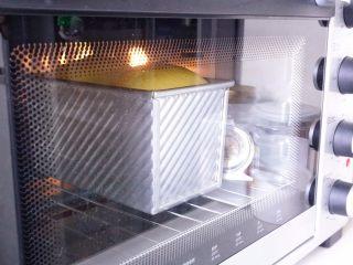 中种南瓜吐司面包,入烤箱下层38分钟左右,开烤后上色满意就加盖锡纸。
