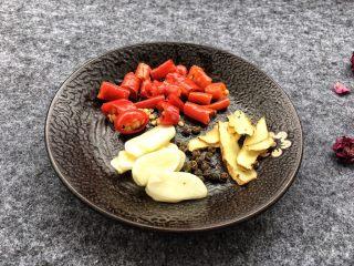 酱爆鱿鱼花,泡椒切小段,大蒜、姜切片,花椒一起放入盘里待用。