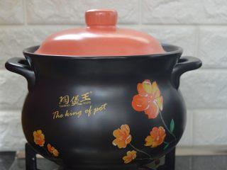 西洋参炖鸡汤,先大火炖煮10分钟