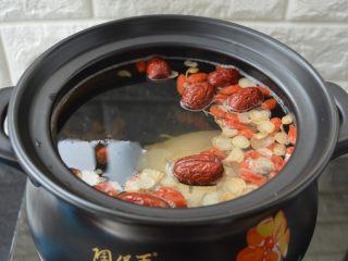 西洋参炖鸡汤,烧开后放入鸡腿,转中小火炖煮
