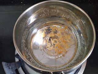 洋葱猪肉馄饨,准备好半奶锅清水,放入虾皮