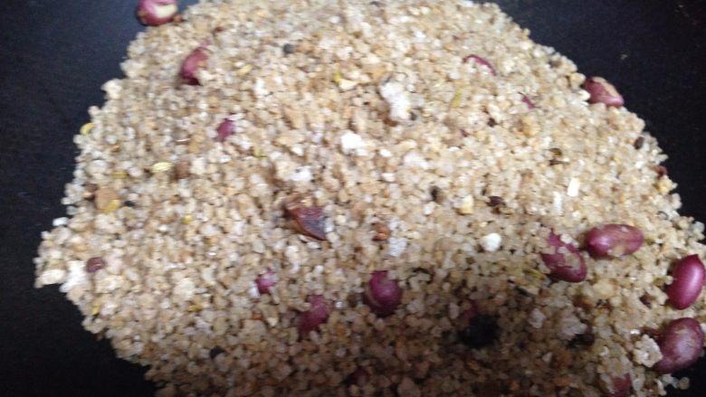 盐焗鲜花生米,用四边的盐把花生米埋住焗2分钟