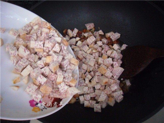 广式芋头糕,倒入香芋,大火炒熟
