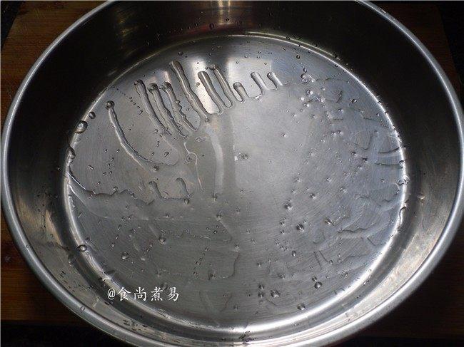 广式芋头糕,蒸盆内涂抹一层食用油