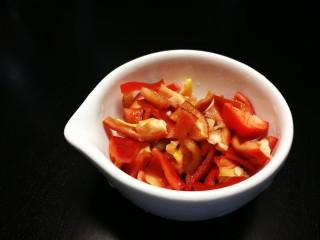 牛筋炒毛豆,红椒切小块
