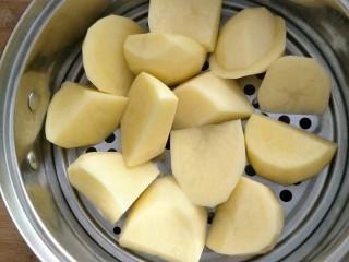 培根土豆卷,土豆块放到蒸笼蒸熟