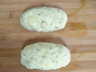 培根土豆卷,土豆泥用手整成椭圆形