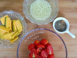 混合香草佛卡夏,这个时间可以先预热烤箱220°,把圣女果切成两半,南瓜切成薄片用厨房纸吸干表面水分,大蒜磨成细末放入橄榄油里,所有香草混合一起备用