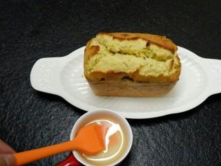风味独特 金桔磅蛋糕,蛋糕烤好以后取出刷糖浆。我懒得中间拿出来用刀子划,让它自然开裂的。
