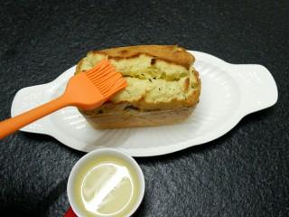 风味独特 金桔磅蛋糕,几个面都要刷糖浆,直到糖浆刷完为止。不要小看磅蛋糕的吃水能力,这一小碗糖浆统统可以刷进去。然后把蛋糕放入冰箱冷藏,第二天就可以切片享用了