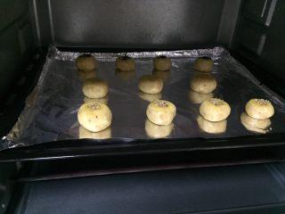 花生小小酥,烤箱预热175度,中层,上下火,我烤了18分钟