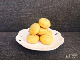 超简单的白芝麻小蛋糕,由于制作过程中使用了了大量蛋黄,因此这款小蛋糕特别适合小盆友吃。
