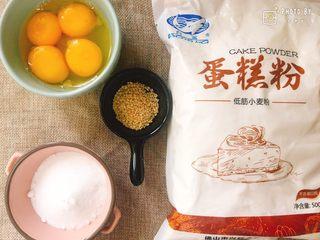 超简单的白芝麻小蛋糕,准备材料: 全蛋连壳55g左右。