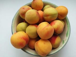 黄桃罐头,桃子洗净(做长时间存放的罐头,要选择那些稍硬点的桃子,熟透的桃子适合煮来接着吃)