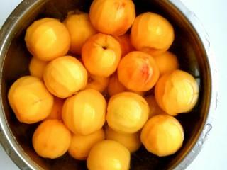 黄桃罐头,黄桃去皮,如果做的不多一定要把黄桃泡进水里否则会变色