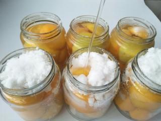 黄桃罐头,然后灌满纯净水