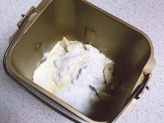 乳酪橙皮金钱小面包,将主面团中所有材料以及中种面团全部放入到面包桶中,运行一个imix程序,约30分钟。