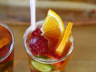 英式水果鸡尾酒Pimm's,10.切2片橙子放入杯中。