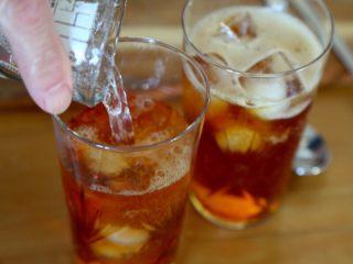 英式水果鸡尾酒Pimm's,7.倒入玻璃杯中。