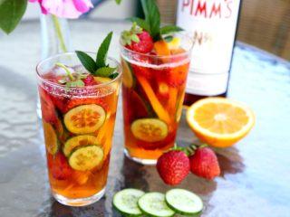英式水果鸡尾酒Pimm's,12.最后搅拌匀,放入薄荷嫩枝和一个完整的草莓装饰。