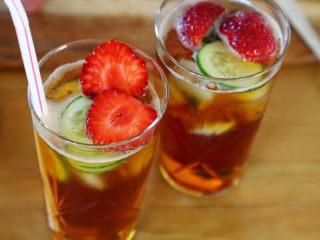 英式水果鸡尾酒Pimm's,9.草莓切片,或对切放入杯中。