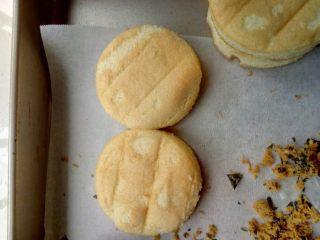 肉松小贝,用模具在蛋糕卷上压出圆饼