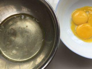 肉松小贝,分离蛋清蛋黄,蛋清放到冰箱冷藏待用
