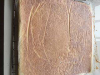 肉松小贝,出炉后倒扣在烤网上放凉,揭掉油纸,为防止散失水分再盖上油纸