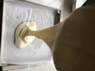 肉松小贝,将蛋糕液垂直倒入烤盘中(可以消除大气泡)