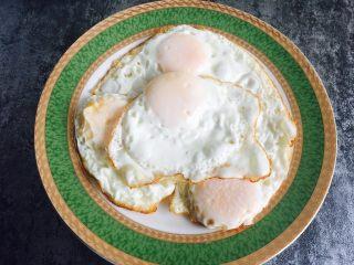 油泼辣子凉面,锅中热油,煎蛋 打入鸡蛋,鸡蛋表面撒少许盐,煎至一面金黄,关火在锅中焖3分钟 在焖的过程中,我们可以把配菜准备一下