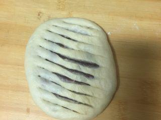 豆沙面包,用刀划成多个长口
