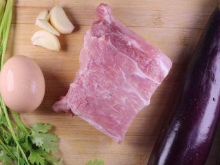 教你一个茄子的新吃法,又香又好吃一看就会,食材:香菜、大蒜。鸡蛋。猪肉。茄子。配料:盐、油、生抽、蚝油、淀粉、黑胡椒、白砂糖。首先将说有食材洗净后,我们先来切猪肉。