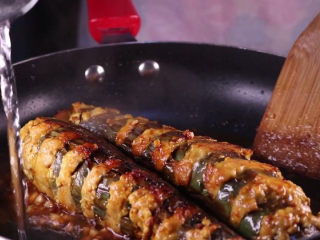 教你一个茄子的新吃法,又香又好吃一看就会,锅中留有少许的油,将蒜末下锅炒香,加入一勺的黄豆酱一同下锅翻炒,炒香后将茄条下锅,倒入两大勺的生抽、半杯清水。盖上盖子,中火焖上8分钟左右。