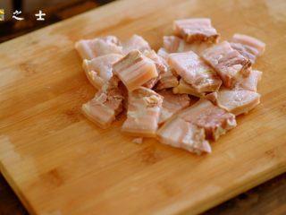 笃出春天的味道,超满足的徽菜——腌笃鲜,煮好后,捞出咸肉,稍微冷却后,切成小块,重新放入锅中