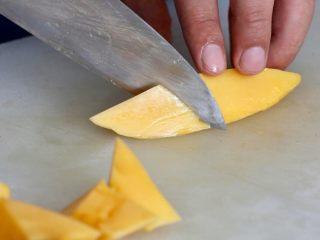 营养丰富德式烤猪排,切芒果具体什么形状可按照自己的口味切