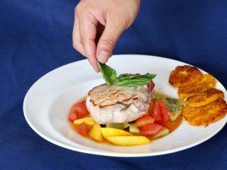 营养丰富德式烤猪排,加上罗勒装饰