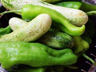 酱腌黄瓜,黄瓜和辣椒洗净切成条状;