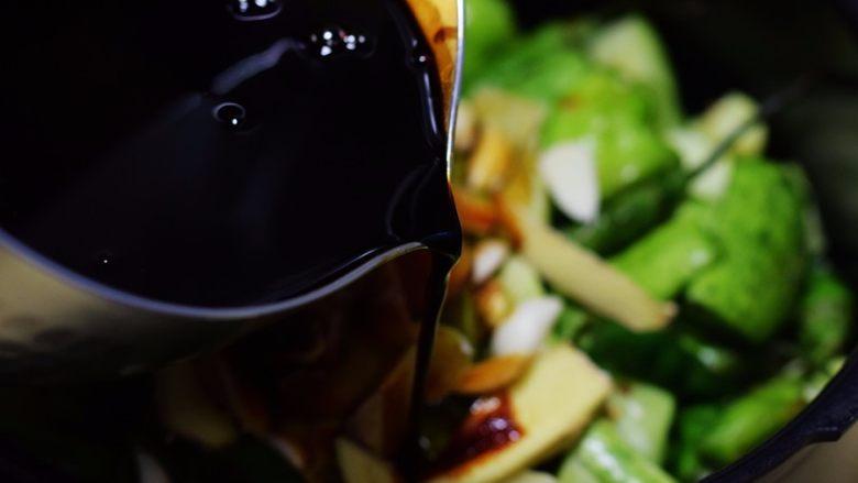 酱腌黄瓜,加入煮好酱油;