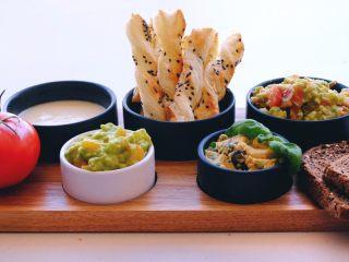 周末小食 ,将之前烤的酥条和dips先摆盘 搭配黑麦面包或者欧包片